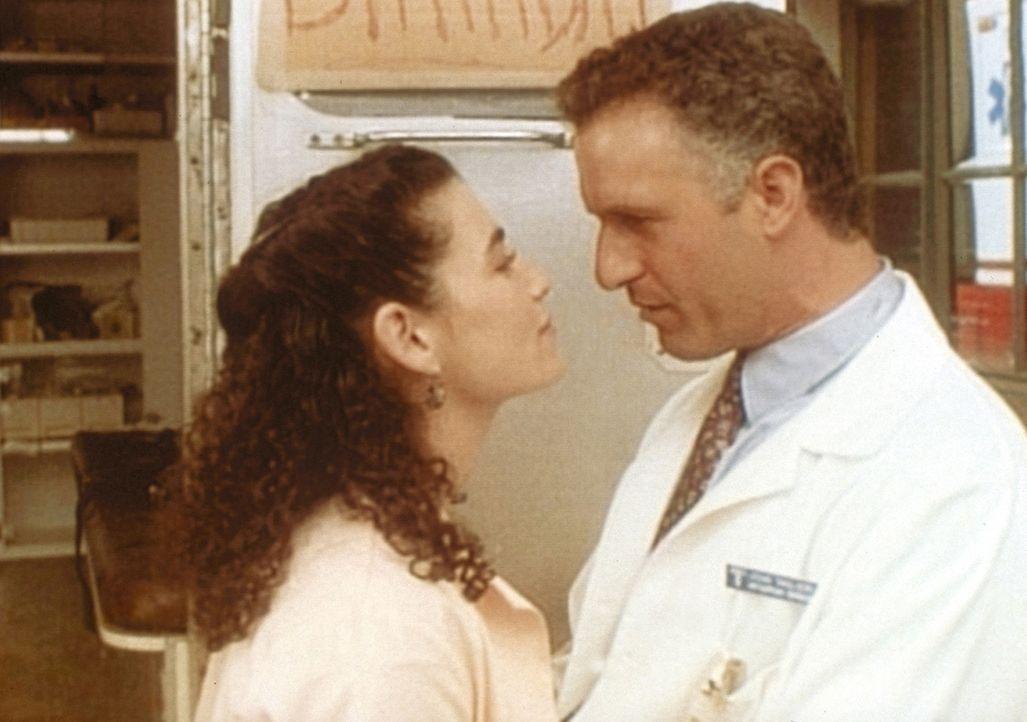 Dr. Taglieri (Rick Rossovich, r.) hat sein Ziel erreicht: Carol Hathaway (Julianna Margulies, l.) ist einverstanden, zu ihm zu ziehen. - Bildquelle: TM+  WARNER BROS.