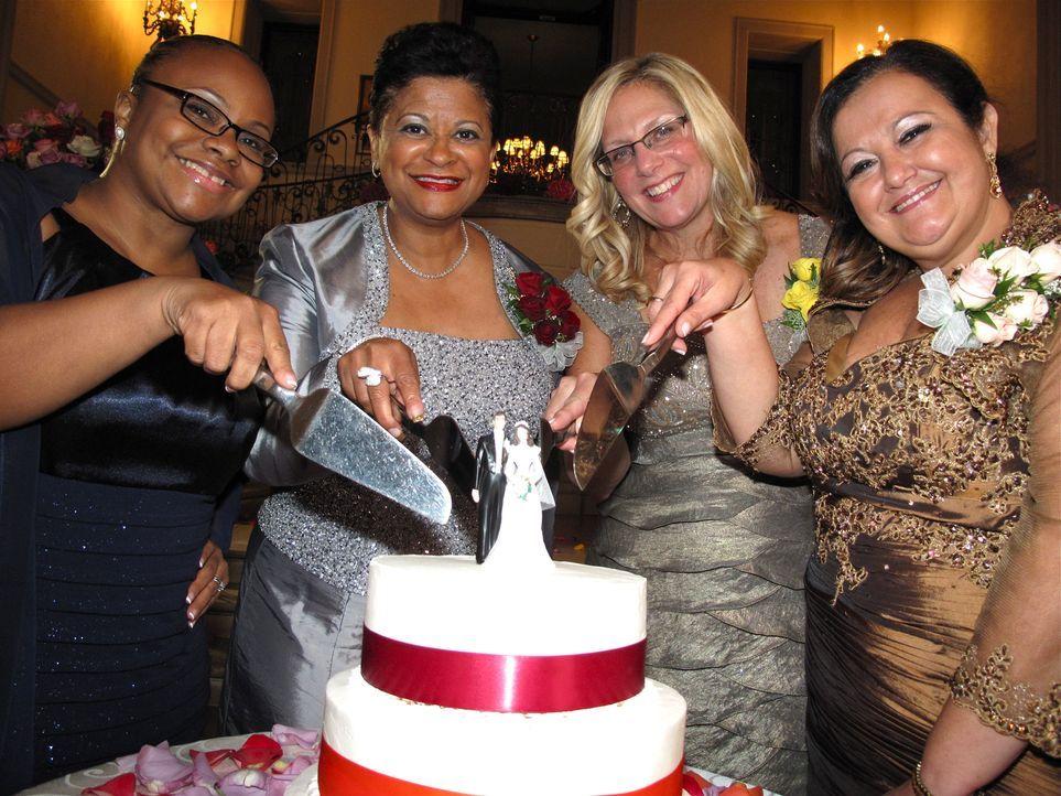 Sie haben es in der Hand: Karma (l.), Judy (2.v.l.), Beth (2.v.r.) und Gisella (r.) beurteilen die Hochzeiten der Töchter ihrer Konkurrentinnen ... - Bildquelle: Richard Vagg DCL