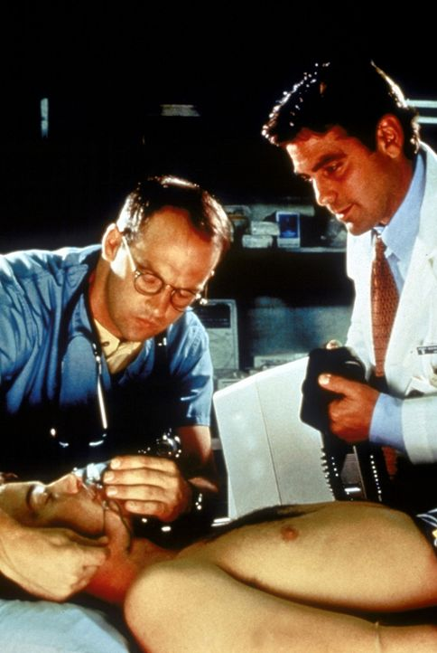 Dr. Greene (Anthony Edwards, l.) und Dr. Ross (George Clooney, r.) kümmern sich auf der Notaufnahme um einen schwer verletzten Mann. - Bildquelle: TM+  WARNER BROS.