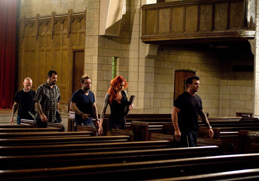 Ein Treffen in der Kirche? (v.l.n.r.) Tommy Helm, James Vaughn, Josh Woods, Léa Vendetta und Shane O'Neill ahnen, dass sie in dieser Woche wohl auch... - Bildquelle: Fernando Leon Spike TV