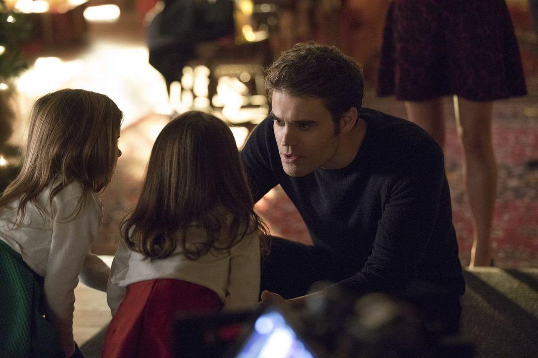 Für Lizzie (Tierney Mumford, l.) und Josie (Lily Rose Mumford, M.) hat Stefan (Paul Wesley, r.) sich dem Teufel verkauft und muss diesem eher wieder... - Bildquelle: Warner Bros. Entertainment, Inc.