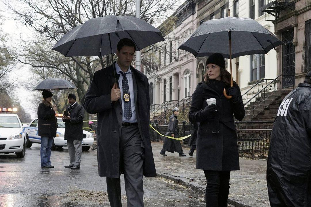 Detective Hanson (Donnie Keshawarz, l.) ist überrascht von der Verbindung des Mordopfers zu Jo (Alana De La Garza, r.) ... - Bildquelle: Warner Brothers