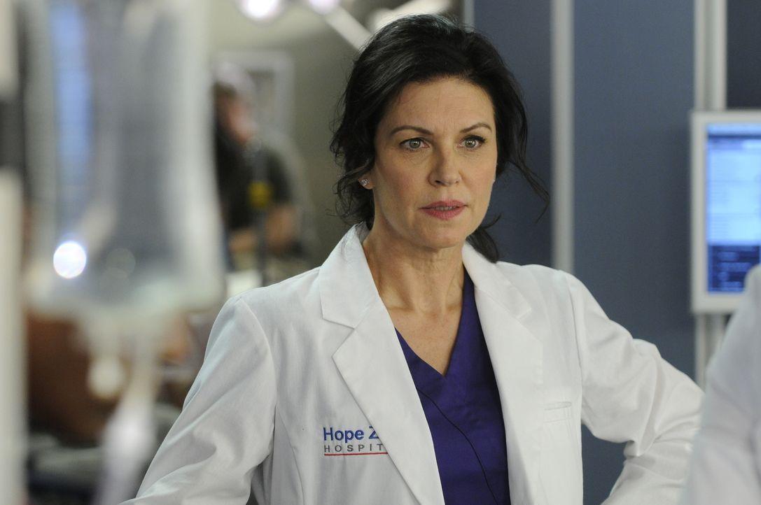 Mit Argusaugen beobachtet Dr. Dana Kinny (Wendy Crewson) Dr. Alex Reid bei der Arbeit ... - Bildquelle: 2012  Hope Zee One Inc.