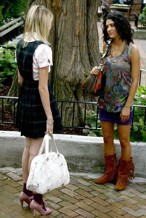 Jenny (Taylor Momsen, l.) möchte die Schule schmeißen und Designerin werden. Vanessa (Jessica Szohr, r.) redet ihr ins Gewissen ... - Bildquelle: Warner Brothers