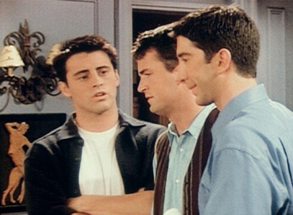 Joey (Matt LeBlanc, l.) und Chandler (Matthew Perry, M.) wollen Ross (David Schwimmer, r.) nicht verraten, wie sie den Tag mit seinem Junior verbrac... - Bildquelle: TM+  2000 WARNER BROS.