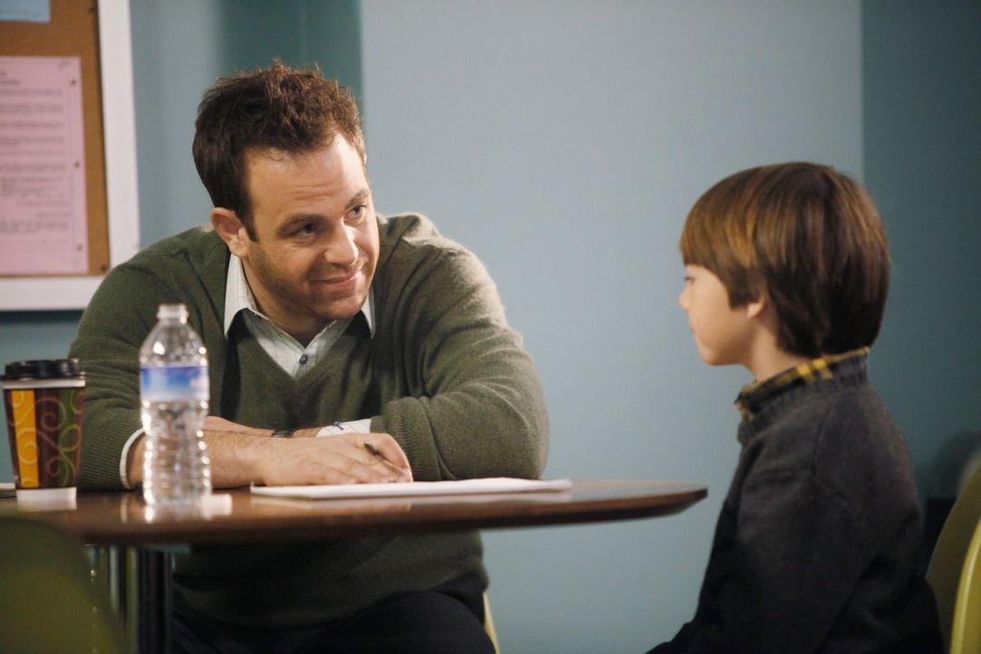 Erica beginnt mit der Therapie gegen ihren Krebs, verheimlicht dies jedoch und zwingt Charlotte und Cooper (Paul Adelstein, l.) dazu, Mason (Griffin... - Bildquelle: ABC Studios