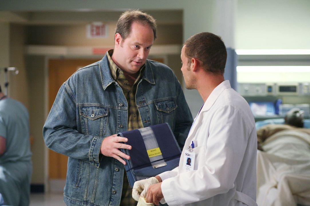 Nachdem die kleine Megan mit schweren Verletzungen ins Krankenhaus gebracht wurde, beschuldigt Alex (Justin Chambers, r.), die Pflegeeltern (Kevin W... - Bildquelle: Touchstone Television