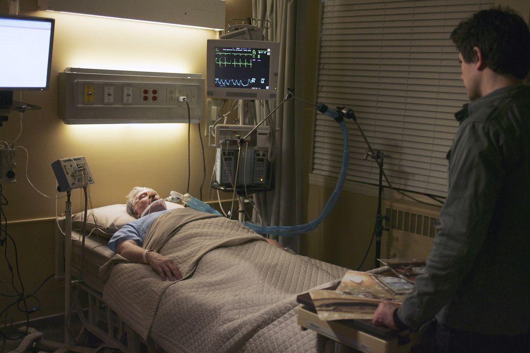 Stepehns Vater William (Beau Daniels, l.) liegt im Sterben. Als Kyle (Matt Dallas, r.) ihn im Krankenhaus besucht, empfängt er von dem Schwerkranke... - Bildquelle: TOUCHSTONE TELEVISION