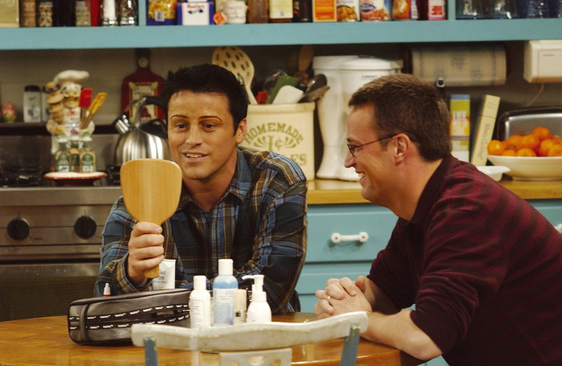 Joey (Matt LeBlanc, l.) bestaunt Chandlers (Matthew Perry , r.) Werk ... - Bildquelle: TM+  2000 WARNER BROS.
