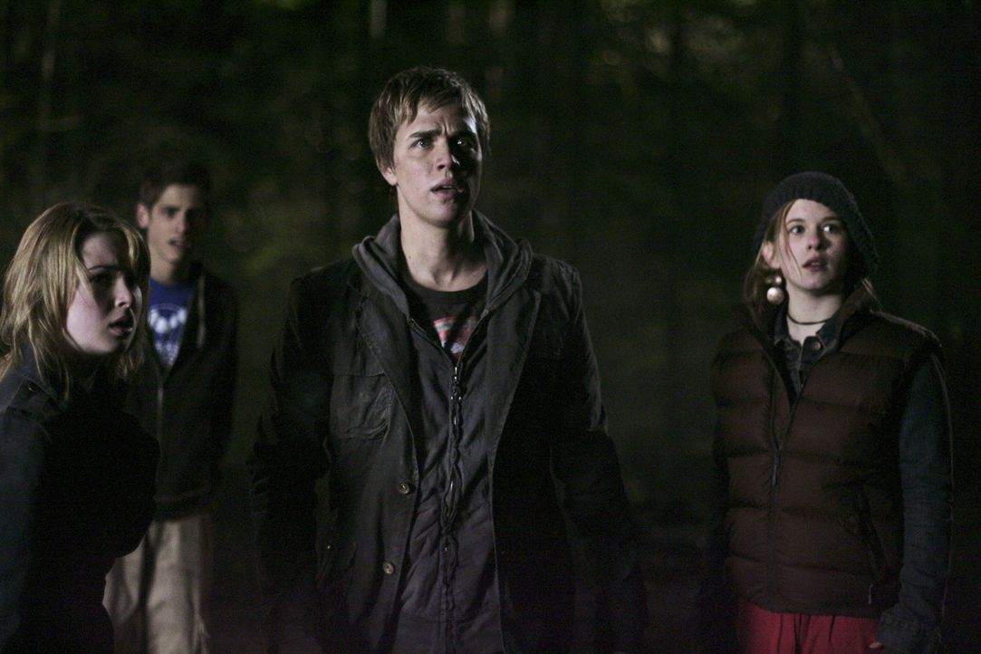 Eigentlich wollten sie nur in den Wald zum Campen fahren, jetzt befinden sie sich in großer Gefahr: Andy (Magda Apanowicz, r.), Josh (Jean-Luc Bilo... - Bildquelle: TOUCHSTONE TELEVISION
