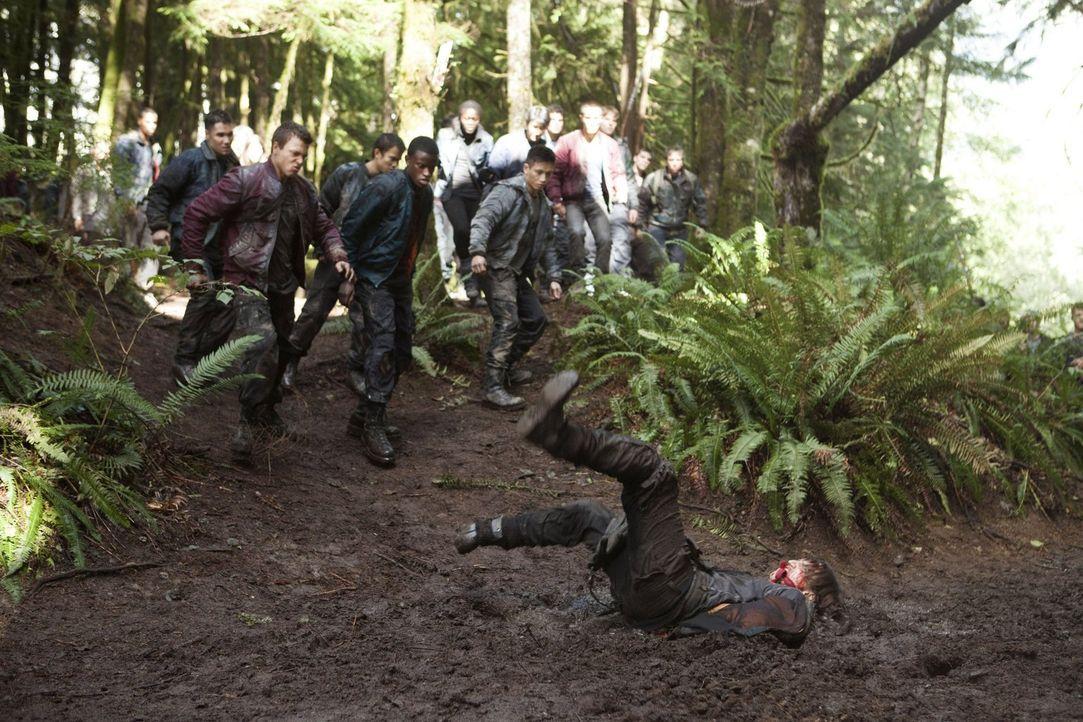 Wird Murphy (Richard Harmon, vorne) tatsächlich für etwas bestraft, das er nicht getan hat? - Bildquelle: Warner Brothers