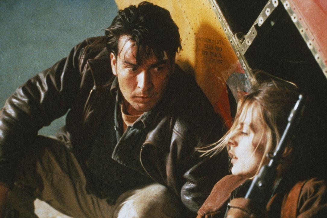 Als Ditch (Charlie Sheen, l.) klar wird, dass seine Schülerin nicht tot, sondern quicklebendig ist, steckt er schon mitten in einem mörderischen S... - Bildquelle: Buena Vista Pictures