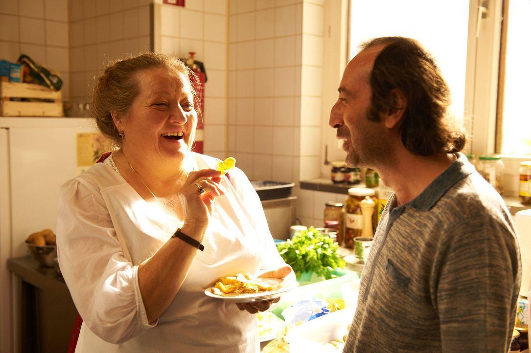 Durch Dino (Giovanni Esposito, r.) lernt Oma Marguerita (Marianne Sägebrecht, l.) ein ganz anderes Leben kennen, als sie es gewohnt ist ... - Bildquelle: Walter Wehner Sperl Productions
