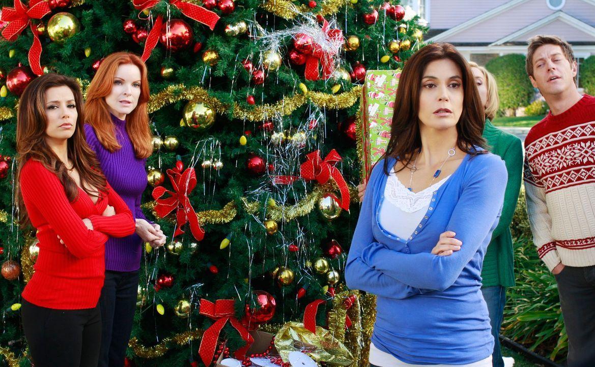 Während der Vorbereitungen für die bevorstehende Weihnachtsfeier werden Susan (Teri Hatcher, M.), Bree (Marcia Cross, 2.v.l.), Lynette (Felicity Hui... - Bildquelle: ABC Studios