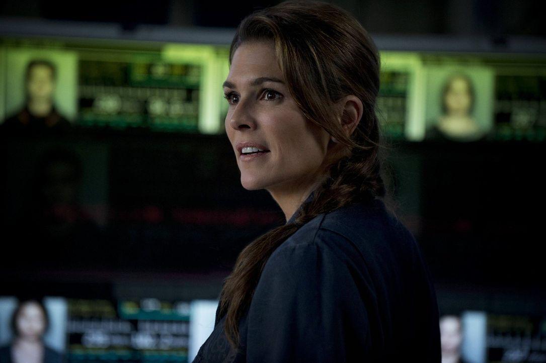 Dr. Abigail Griffin (Paige Turco) hofft, dass das Leben auf der Erde wieder möglich ist, schließlich gehört ihre Tochter zu den 100 Testpersonen ...... - Bildquelle: Warner Brothers