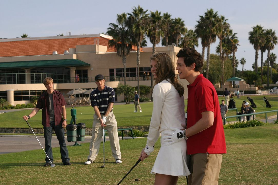 Für Ryan (Benjamin McKenzie, l.) und Luke (Chris Carmack, 2.v.l.) ist es kein Vergnügen zu sehen, wie Marissa (Mischa Barton, 2.v.r.) und Oliver (... - Bildquelle: Warner Bros. Television