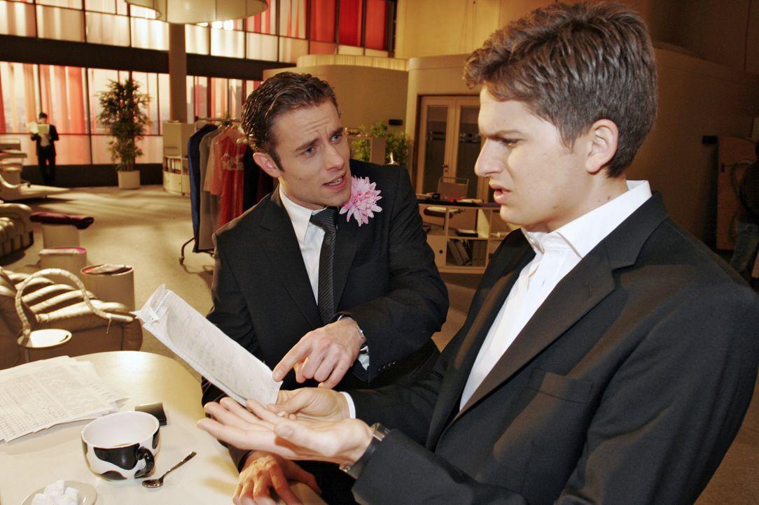 Timo (Matthias Dietrich, r.) fühlt sich plötzlich überfordert, als Max (Alexander Sternberg, l.) ihn mit einigen wichtigen Aufgaben betraut. - Bildquelle: Noreen Flynn SAT.1 / Noreen Flynn