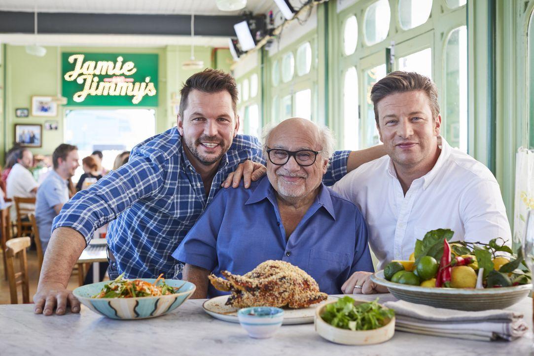(v.l.n.r.) Jimmy Doherty; Danny Devito; Jamie Oliver - Bildquelle: Steve Ryan Jamie Oliver Productions, 2018 / Steve Ryan