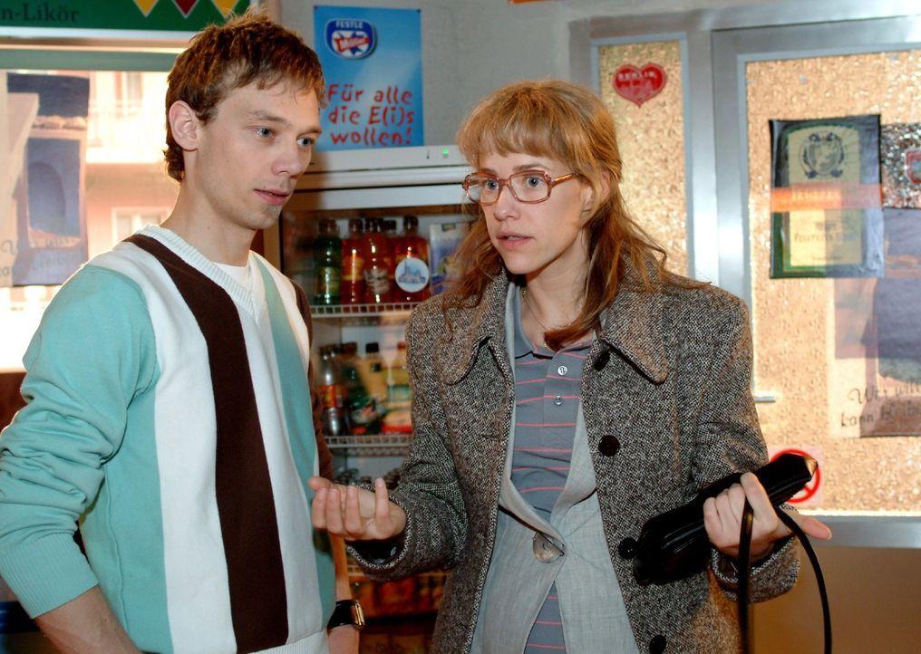 Lisa (Alexandra Neldel, r.) schüttet ihr Herz bei Jürgen (Oliver Bokern, l.) aus und verspricht, dass sie sich nur noch um ihre Arbeit kümmern wi... - Bildquelle: Sat.1