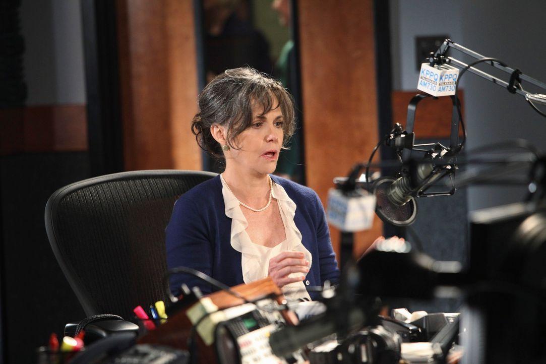 """Nora (Sally Field) soll bei einer neuen Radioshow mit dem Titel """"Liebe Mom"""" den Hörern Ratschläge und Lebenstipps geben. - Bildquelle: 2010 American Broadcasting Companies, Inc. All rights reserved."""
