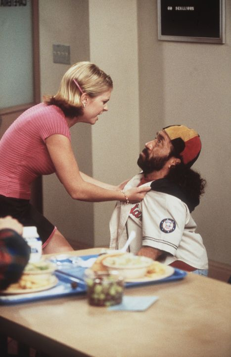 Sabrina (Melissa Joan Hart, l.) beauftragt Roland (Phil Fondacaro, r.), herauszufinden, ob Harvey und Libby etwas miteinander haben. - Bildquelle: Paramount Pictures