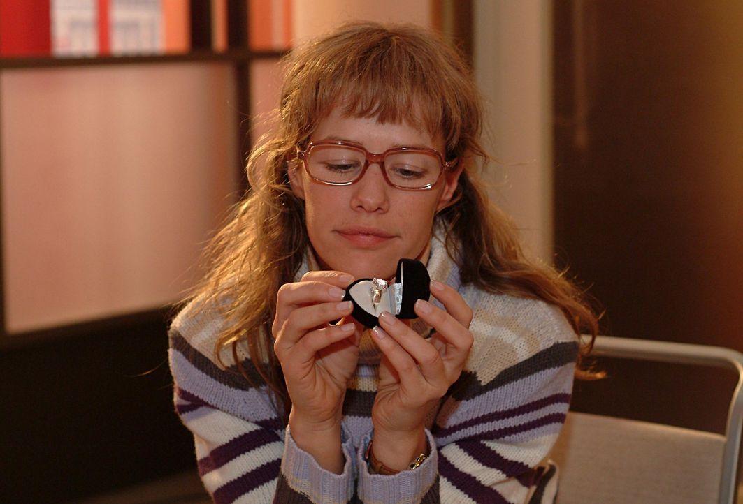Lisa (Alexandra Neldel) begutachtet verträumt den Ring, den sie in Davids Auftrag für Mariella abgeholt hat. Wie sehr würde sie sich über ein so... - Bildquelle: Sat.1
