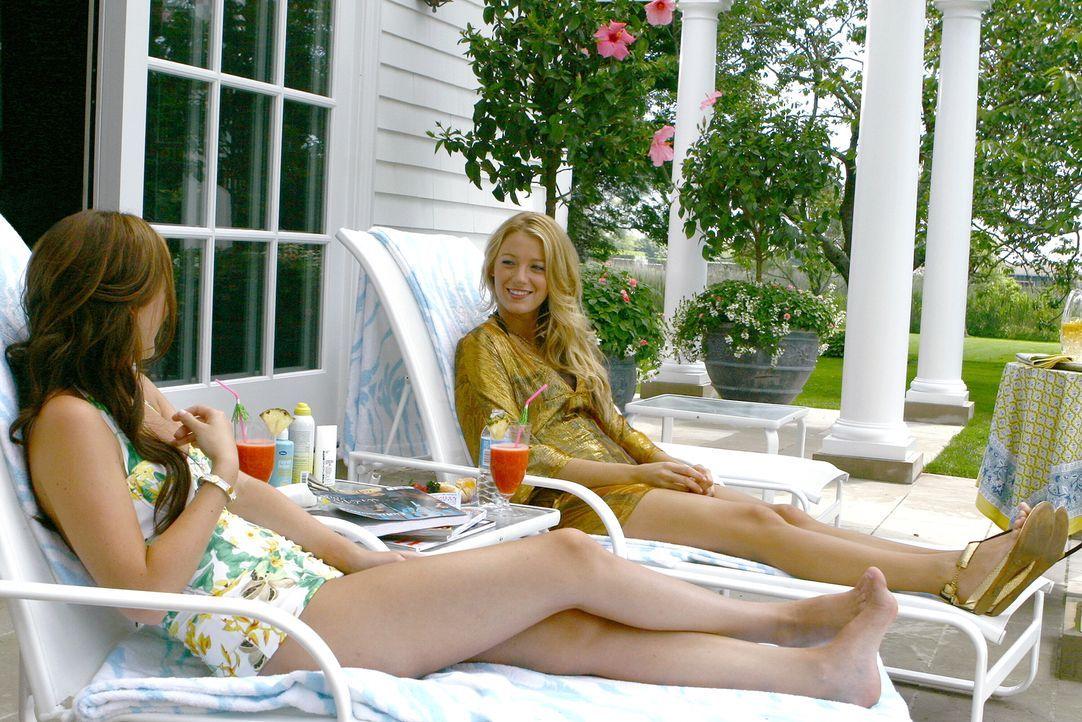 Blair (Leighton Meester, l.) erzählt ihrer Freundin Serena (Blake Lively, r.) alles über den Sommer in Europa - und ihre neue Liebe Marcus. - Bildquelle: Warner Brothers