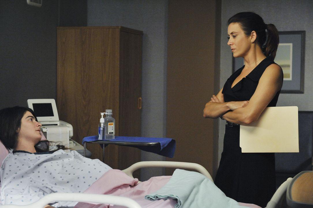 Emily Wendal (Gaby Hoffmann, l.), eine Frau die in steter Regelmäßigkeit Babys zur Welt bringt, kommt mit Wehen in die Notaufnahme. bei der Behand... - Bildquelle: ABC Studios