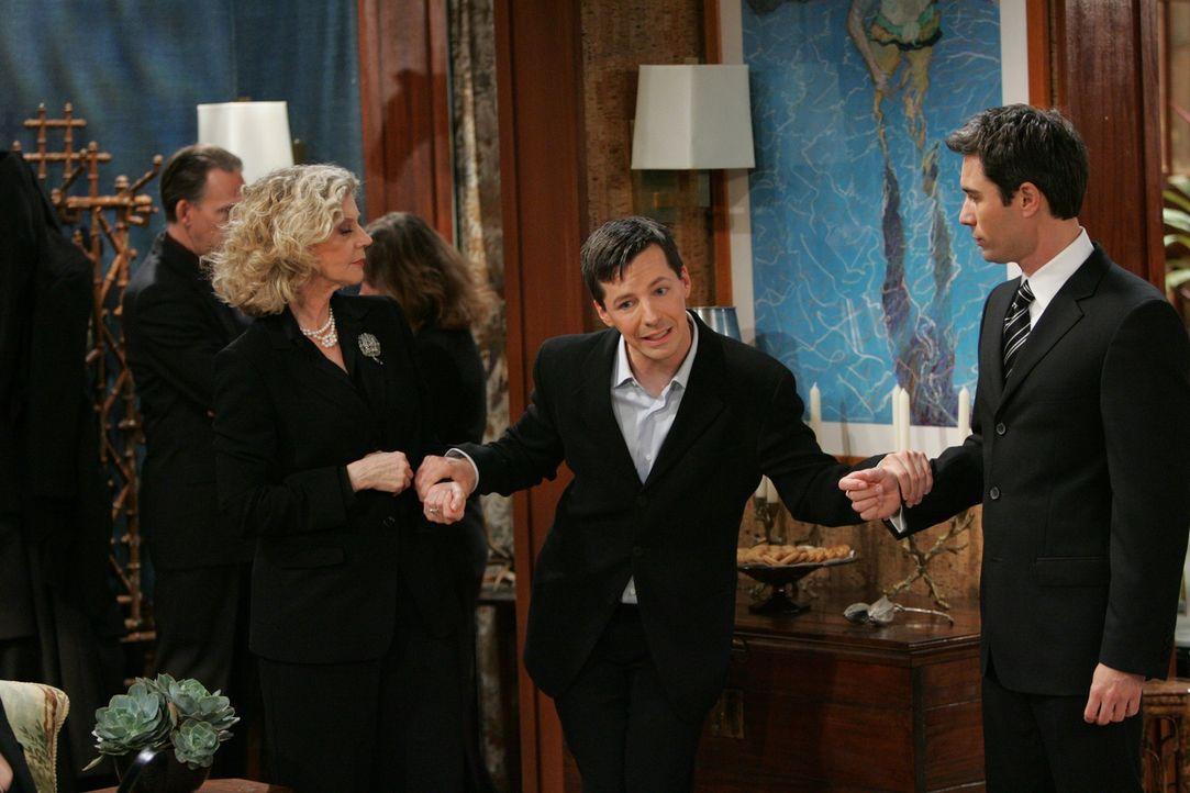 Nach dem Tod von George ist es für alle nicht leicht: Jack (Sean Hayes, M.) versucht Will (Eric McCormack, r.) und seine Mutter Marilyn (Blythe Dann... - Bildquelle: Chris Haston NBC Productions