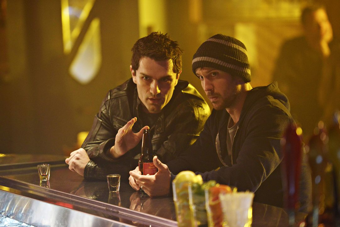 Haben Probleme, die Kontrolle zu behalten: Aidan (Sam Witwer, l.) und Josh (Sam Huntington, r.) ... - Bildquelle: Philippe Bosse 2014 B.H. 4 Productions (Muse) Inc. ALL RIGHTS RESERVED.