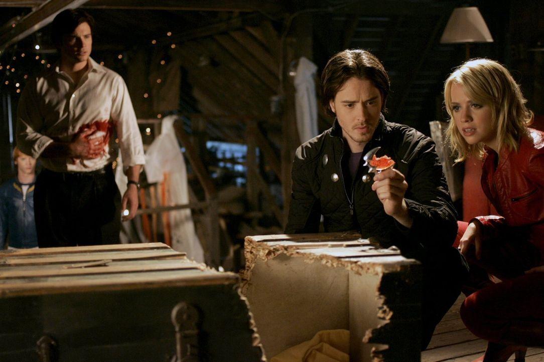 Wie wird sich Clark (Tom Welling, l.) entscheiden? Hilft er der Legion um Rokk (Ryan Kennedy, 2.v.l.) und Irma (Alexz Johnson, r.) oder steht er zu... - Bildquelle: Warner Bros.