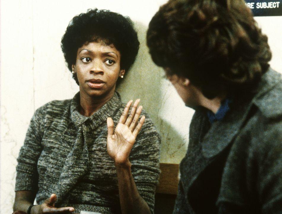 Auch Lacey (Tyne Daly, r.) kann Elizabeth (Jonelle Allen, l.) nicht überzeugen, noch einmal in Berufung zu gehen, um die vier Männer, die sie verg... - Bildquelle: ORION PICTURES CORPORATION. ALL RIGHTS RESERVED.
