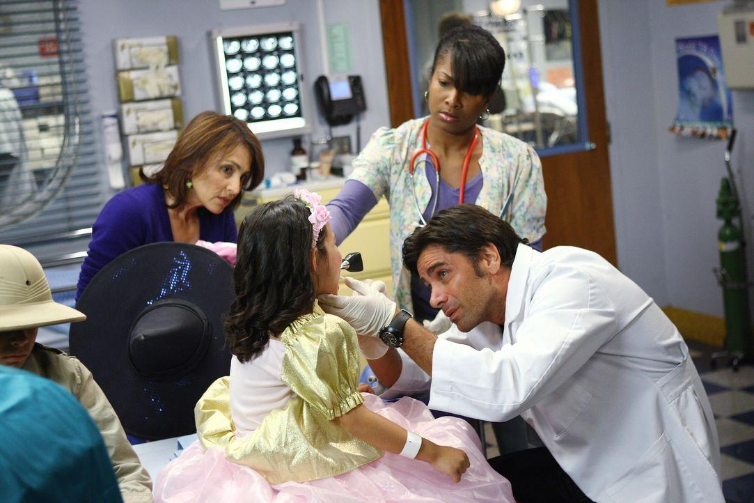 Halloween: In der Notaufnahme ist immer was zu tun: Schwester Dawn (Angel Laketa Moore, 2.v.r.) assistiert Gates (John Stamos, r.) bei der Behandlun... - Bildquelle: Warner Bros. Television