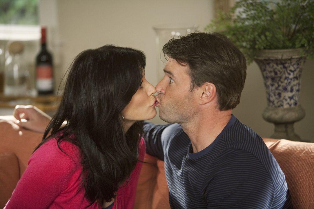 Wie fühlt sich Küssen mit offenen Augen an? Das wollen auch Jules (Courteney Cox, l.) und Jeff (Scott Foley, r.) herausfinden... - Bildquelle: 2009 ABC INC.