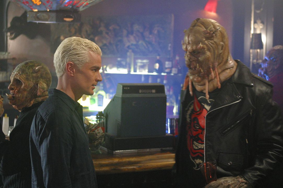 In einer Bar versucht Spike (James Marsters, l.), von einem Dämonen zu erfahren, wo die bisher unentdeckte potentielle Jägerin in Sunnydale ist. - Bildquelle: TM +   Twentieth Century Fox Film Corporation. All Rights Reserved.
