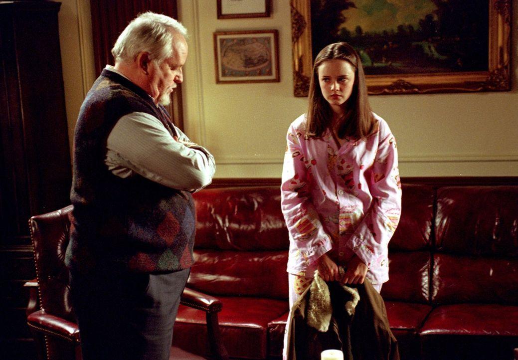 Direktor Charleston (Dakin Matthews, l.) ist der Ansicht, dass sich Rory (Alexis Bledel, r.) bei außerschulischen Aktivitäten mehr ins Zeug legen mu... - Bildquelle: 2001 Warner Bros. Entertainment, Inc.