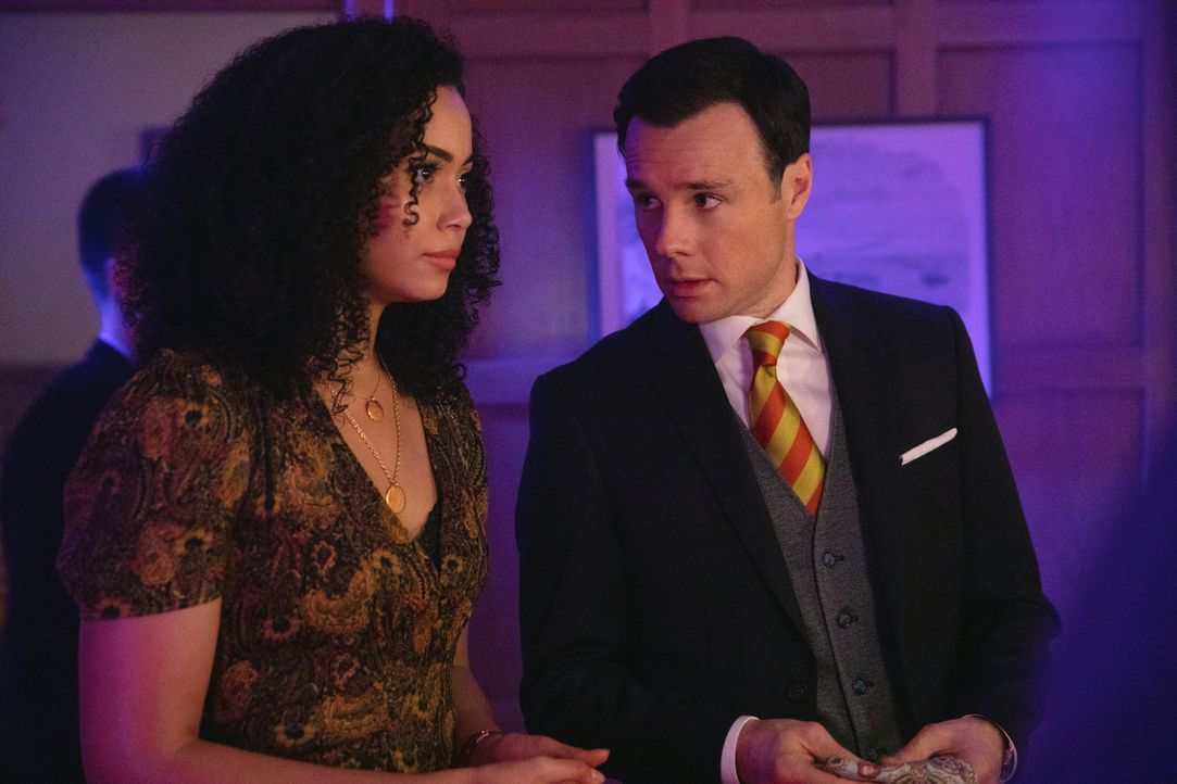 Macy Vaughn (Madeleine Mantock, l.); Harry Greenwood (Rupert Evans, r.) - Bildquelle: Jack Rowand 2018 The CW Network, LLC. All Rights Reserved.