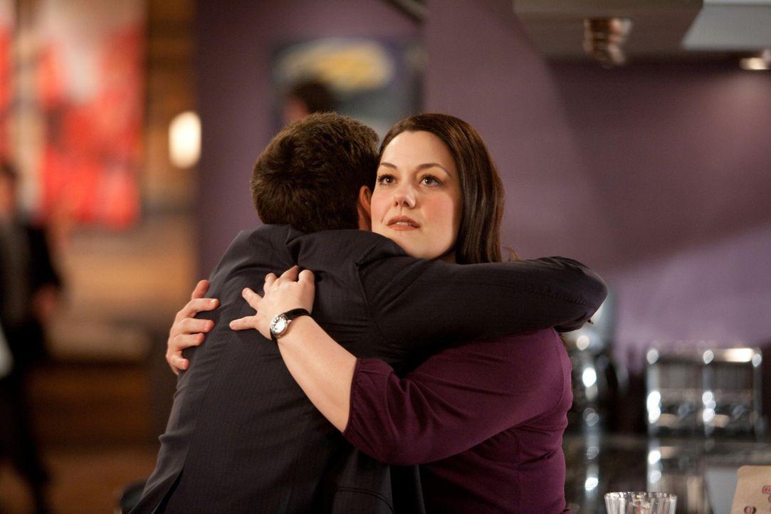 Endlich kommt Jane (Brooke Elliott, r.) Grayson (Jackson Hurst, l.) etwas näher - auch wenn es nur eine einzige Umarmung ist ... - Bildquelle: 2009 Sony Pictures Television Inc. All Rights Reserved.