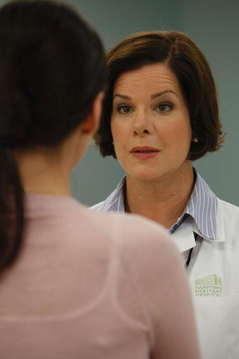 Kommen nicht besonders gut miteinander aus: Jill Casey (Jill Flint, l.) und Dr. Elizabeth Blair (Marcia Gay Harden, r.) - Bildquelle: 2010 Open 4 Business Productions, LLC. All Rights Reserved.