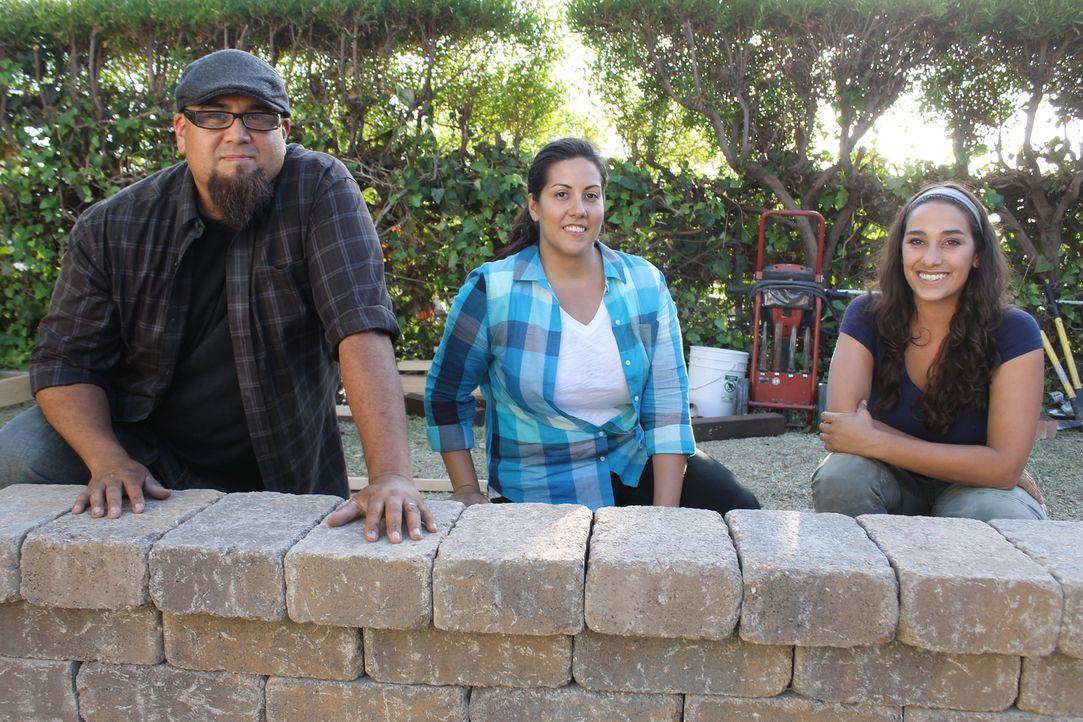 David (l.) und Deb (M.) wünschen sich einen Garten, in dem sie sich im Schatten entspannen können und trotzdem ihre Kinder nicht zu kurz kommen - do... - Bildquelle: 2014, DIY Network/Scripps Networks, LLC. All Rights Reserved.