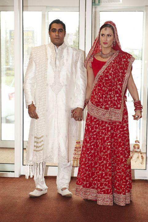 Emma (r.) und ihr Mann (l.) genießen es, im Mittelpunkt zu stehen ... - Bildquelle: ITV Studios Limited 2010