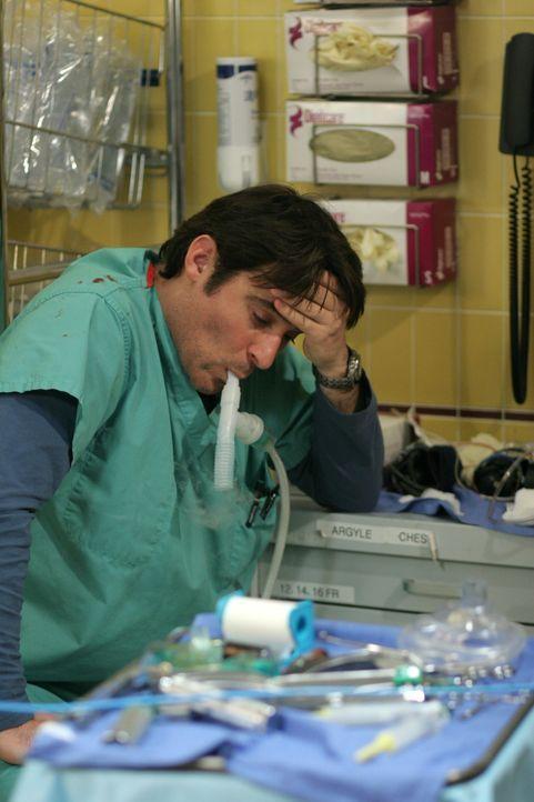Luka Kovac (Goran Visnjic) leidet unter den Folgen des Angriffs ... - Bildquelle: Warner Bros. Television