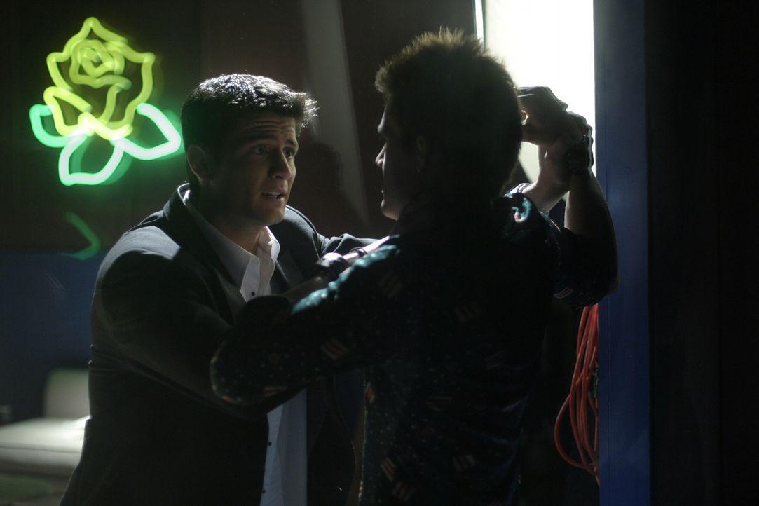 Ein Kuss von Haley bringt Unfrieden in die Freundschaft. Nathan (James Lafferty, l.) ist stinksauer auf Chris (Tyler Hilton, r.) ... - Bildquelle: Warner Bros. Pictures