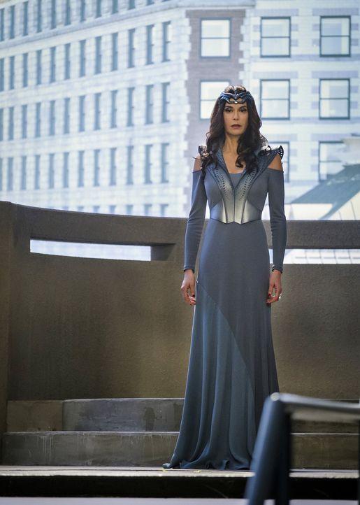 Als Rhea (Teri Hatcher) in National City auftaucht, läuten bei Supergirl alle Alarmglocken. Was hat die Feindin und Mutter von Mon-El vor? - Bildquelle: 2016 Warner Brothers