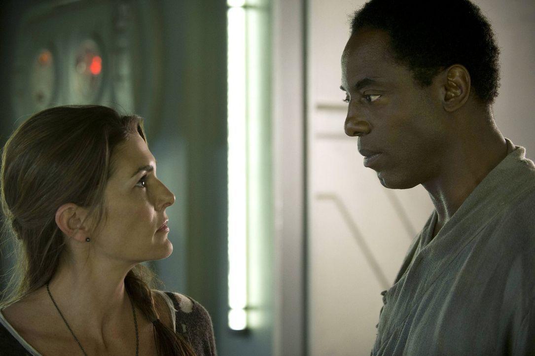 Nachdem Dr. Abigail Griffin (Paige Turco, l.) dem Kanzler Thelonious Jaha (Isaiah Washington, r.) mit einer Straftat das Leben gerettet hat, wartet... - Bildquelle: Warner Brothers