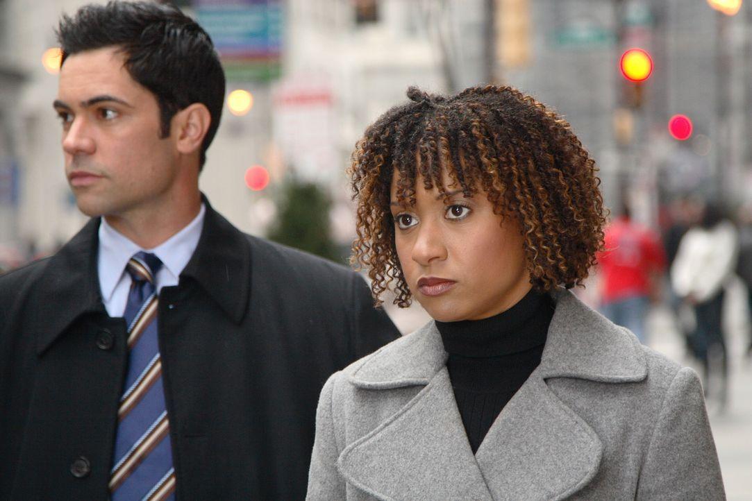 Versuchen einen alten Fall zu lösen: Kat Miller (Tracie Thoms, r.) und Scott Valens (Daniel Pino, l.) ... - Bildquelle: Warner Bros. Television