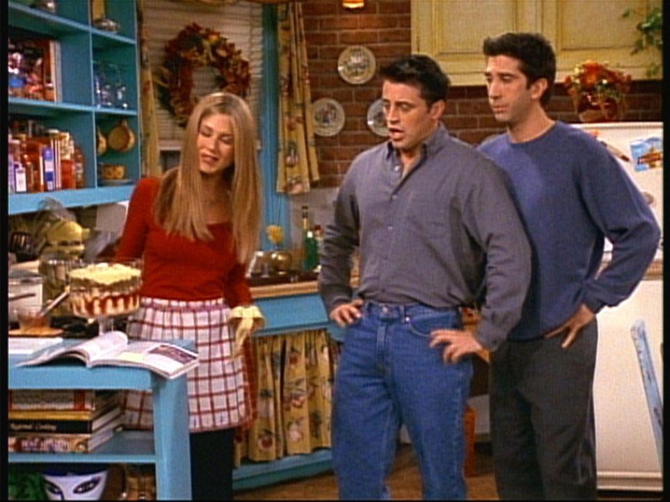 Ross (David Schwimmer, r.) und Joey (Matt LeBlanc, M.) sind skeptisch, als sie das von Rachel (Jennifer Aniston, l.) zubereitete Dessert sehen. - Bildquelle: TM+  2000 WARNER BROS.