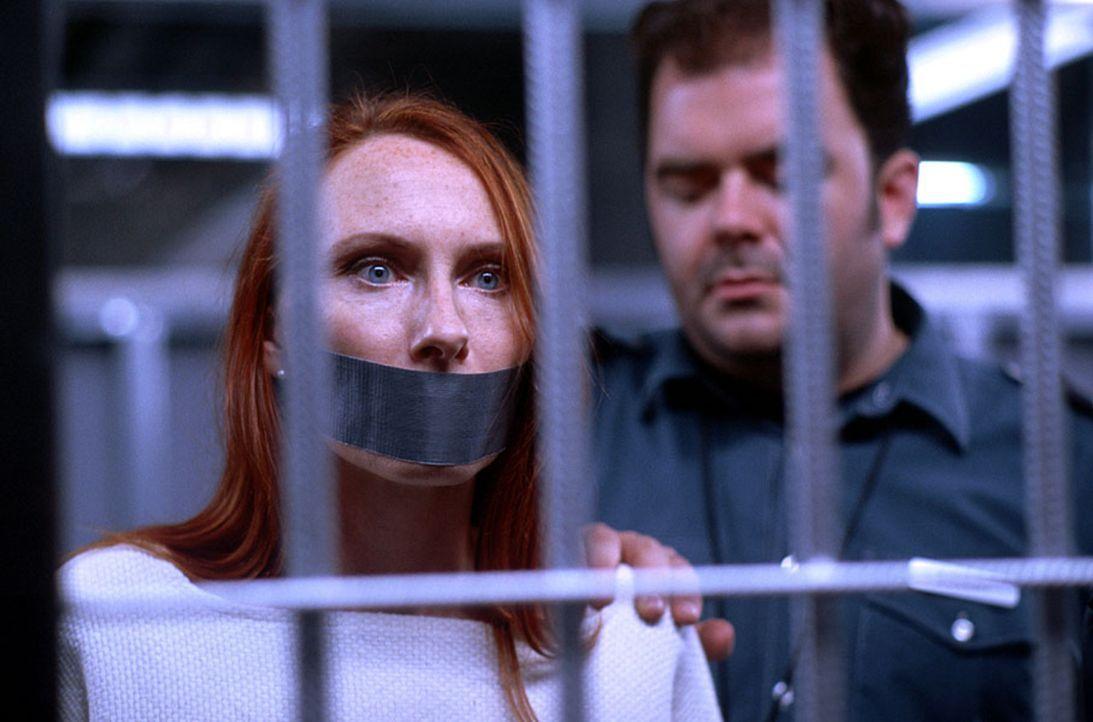 Das Experiment gerät völlig außer Kontrolle: Der Wärter Eckert (Timo Dierkes, r.) nimmt Dr. Jutta Grimm (Andrea Sawatzki, l.), Leiterin des Experime... - Bildquelle: SENATOR FILM Alle Rechte vorbehalten