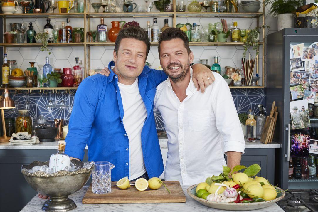 Jamie Oliver (l.); Jimmy Doherty (r.) - Bildquelle: Steve Ryan 2019 Jamie Oliver Enterprises Ltd. / Steve Ryan
