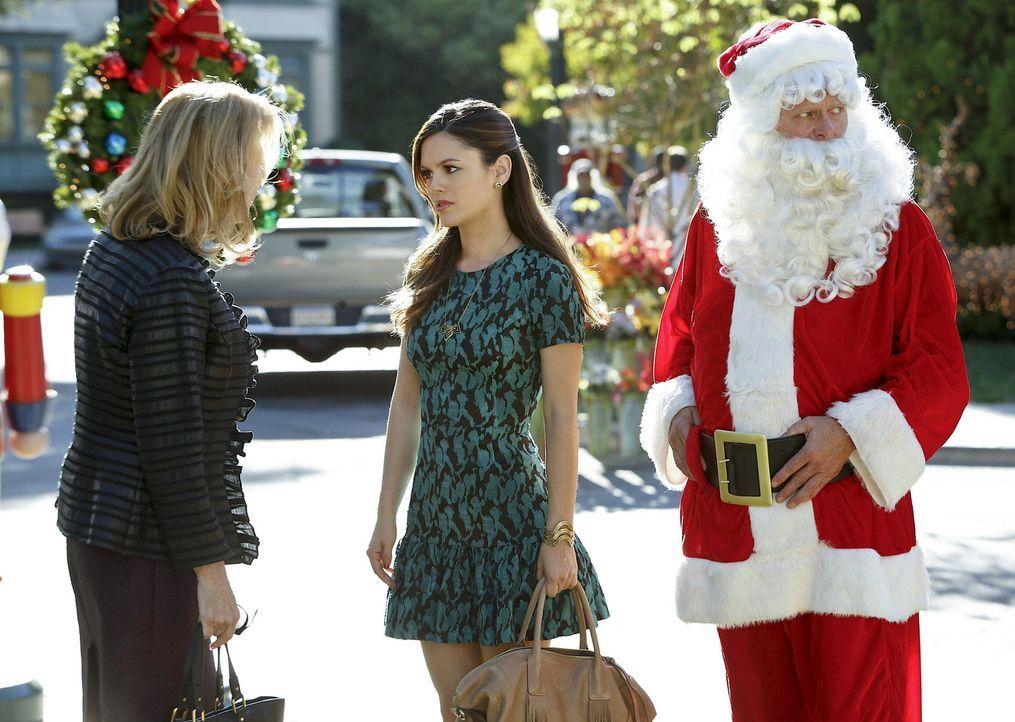Um ihrer kritischen Mutter Candice (JoBeth Williams, l.) aus dem Weg zu gehen, beschäftigt sich Zoe (Rachel Bilson, M.) ausführlich mit ihren Patien... - Bildquelle: Warner Bros.